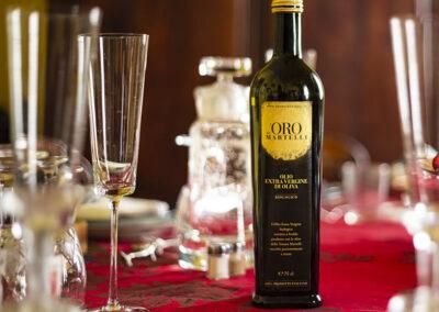 Olio Evo Bio Oro dei Martelli, bottiglia 75 cl su tavolo natalizio